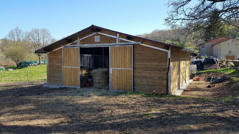 Barns pour chevaux avec 6 emplacements intérieurs par Doitrand Equestre