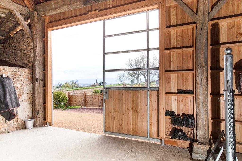 Portail d'écurie en bois et vitrage plexiglas vue intérieure