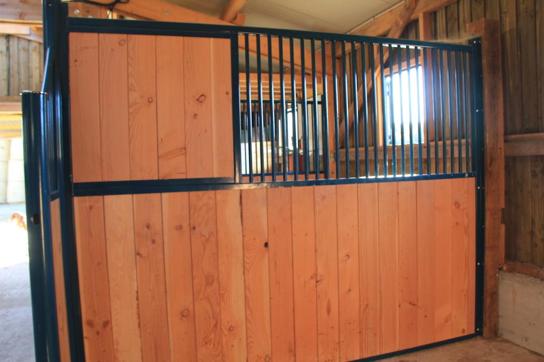 box pour chevaux s paration de box simple paravent. Black Bedroom Furniture Sets. Home Design Ideas