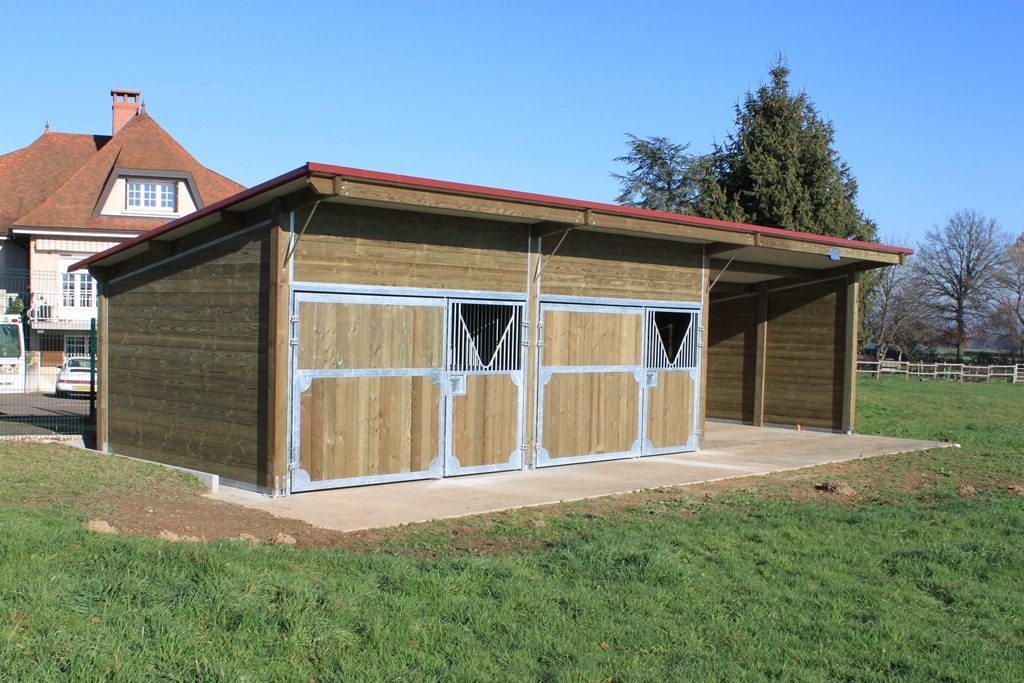 Outdoor stable with 2 stalls and a shutter made by Doitrand Equestre