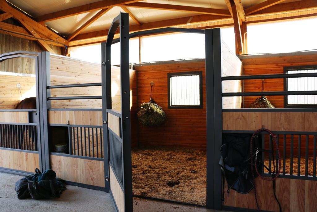 Fa ade de box pour chevaux mod le gs doitrand equestre - Porte de box pour chevaux a vendre ...