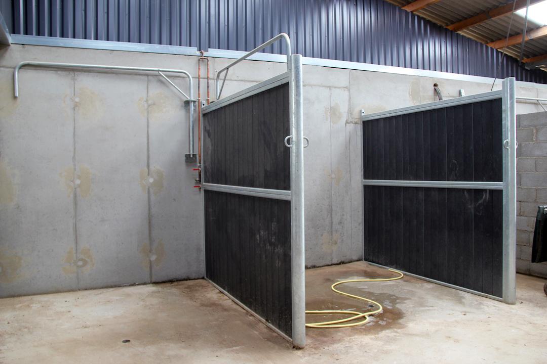 Séparation pleine pour aire de douche cheval