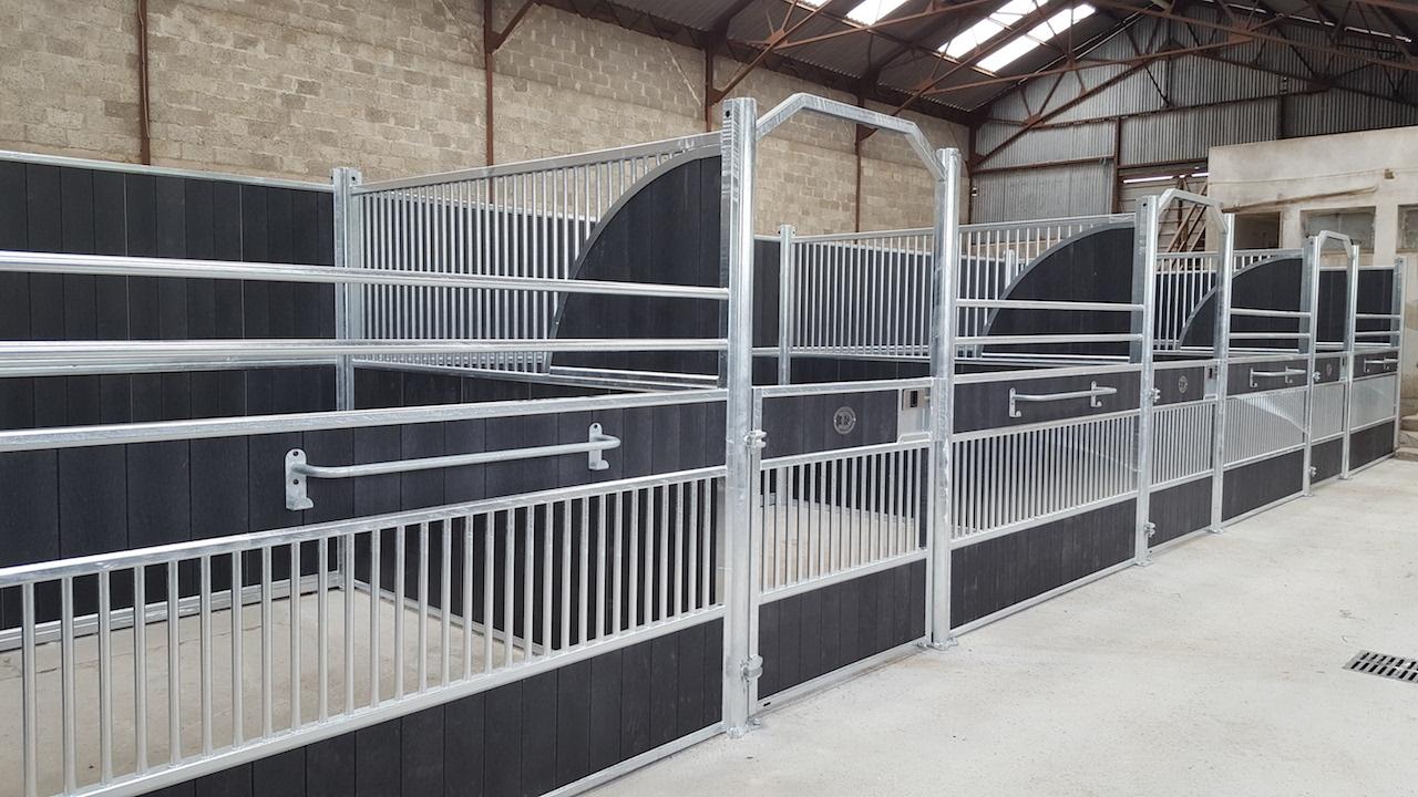 Aménagement des écuries de Longchamp façades de boxes Doitrand Equestre modèle GS