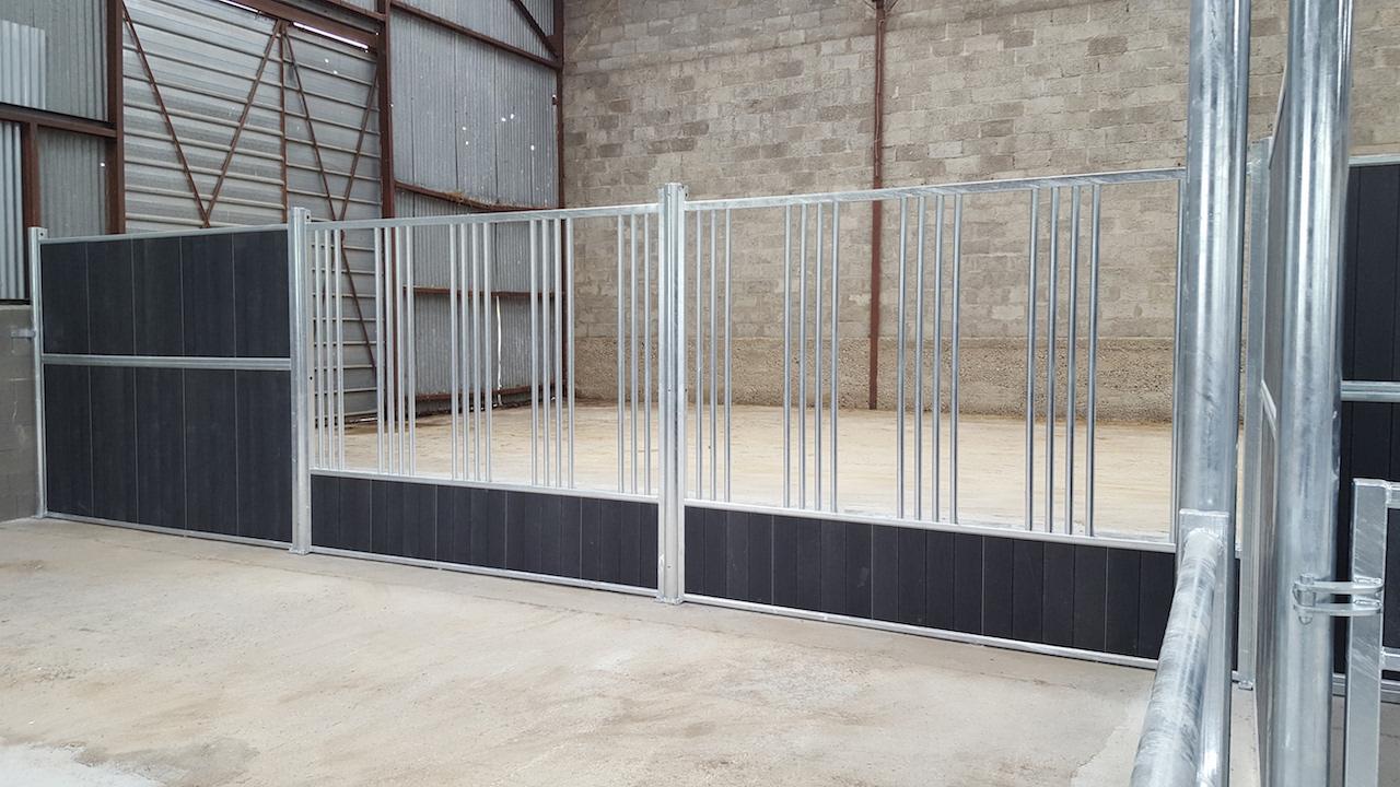 Aménagement des écuries de Longchamp façades de boxes élevage Doitrand Equestre