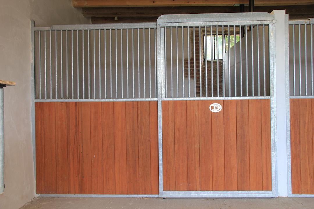 Façade de box pour chevaux coulissante avec remplissage en bambou