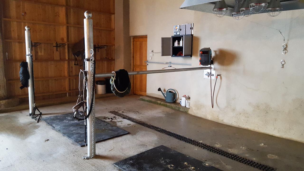 Aire de douche cheval avec poteaux d'attache