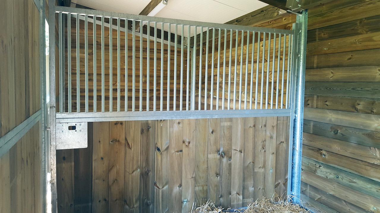 Séparation de box pour chevaux arreaudée et pivotante