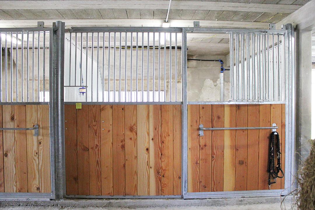 fa ade de box pour chevaux porte coulissante doitrand equestre. Black Bedroom Furniture Sets. Home Design Ideas