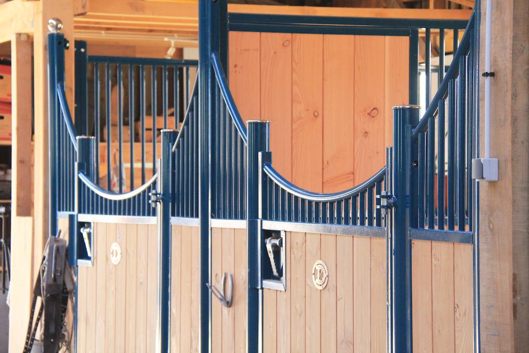 Focus sur une porte de box pour chevaux