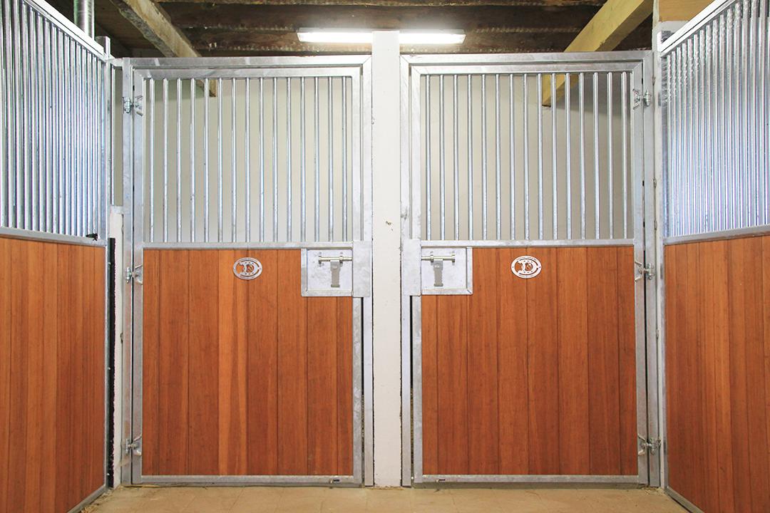 2 portes de boxes pour chevaux battantes remplissage bambou
