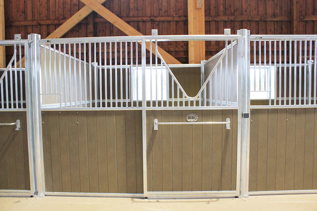 Box pour cheval vu de face avec porte coulissante et fenêtre dans box ouverte