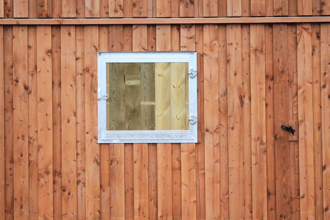 Volet écurie fermé vu depuis l'extérieur