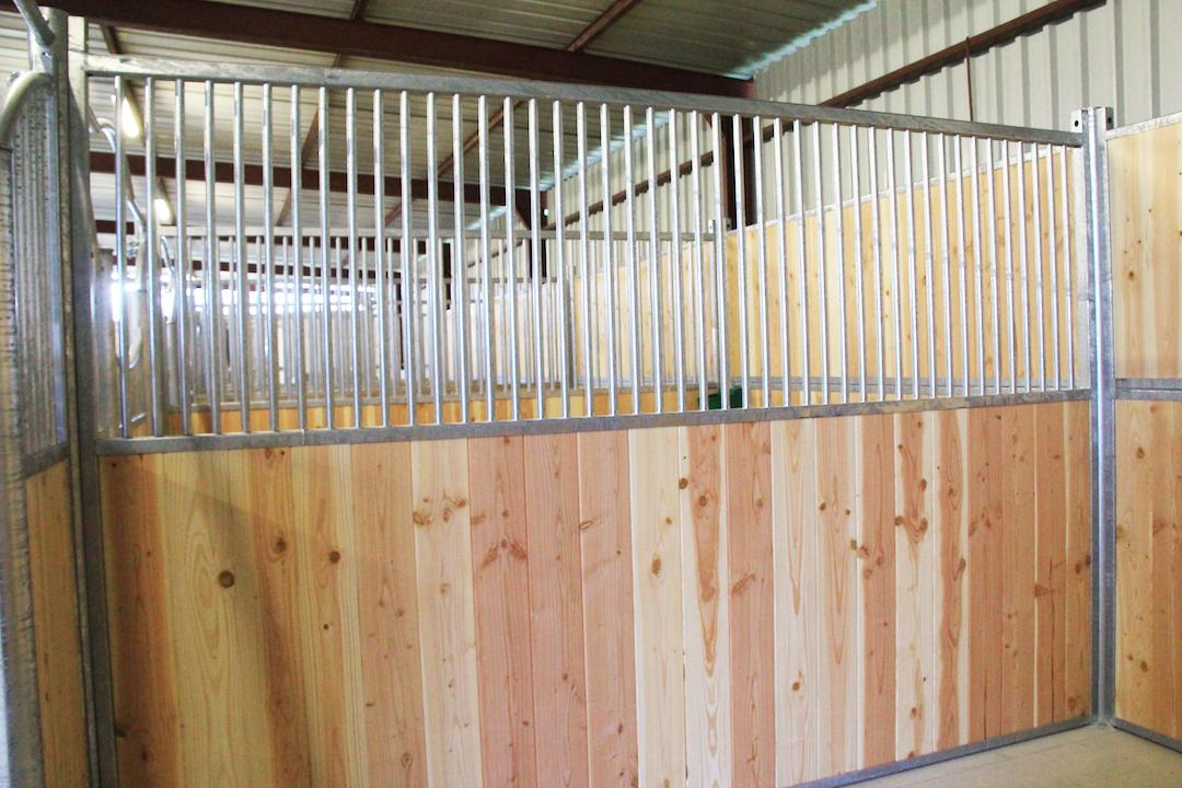 Séparation de boxes pour chevaux avec simple barreaudage et bois naturel