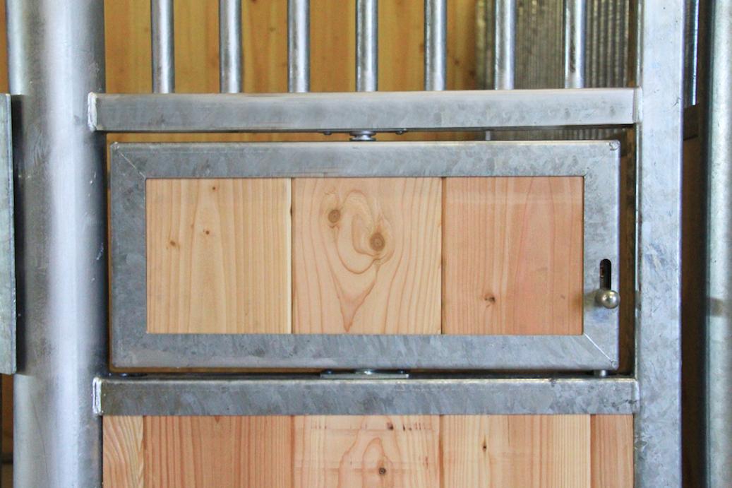 Mangeoire pivotante fermée sur une façade de box pour cheval