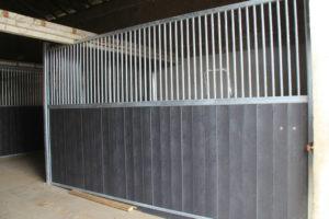 Séparation barreaudée pour un box pour cheval