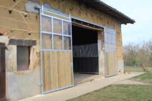 Grand portail de grange ouvert