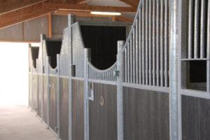 Rangée de boxes pour chevaux