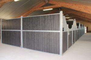 Rangée de 5 boxes pour chevaux en remplissage résine