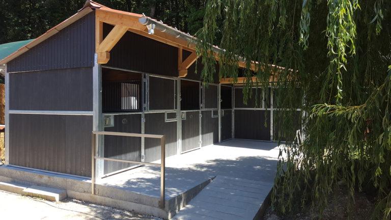 bâtiment avec 3 boxes pour chevaux