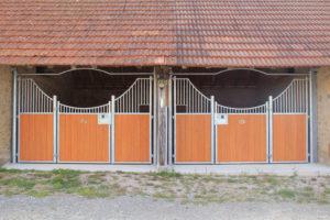 Boxes pour chevaux dans ancien bâtiment vues de face