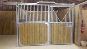 Vue d'une façade de box pour cheval ouverture totale