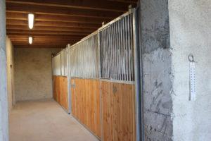 2 boxes pour chevaux dans une grange
