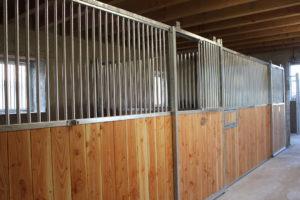 2 boxes pour chevaux avec portes coulissantes dans une grange