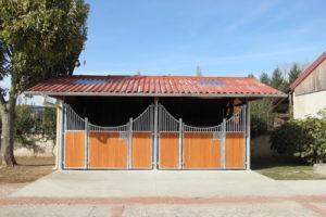 Boxes extérieurs pour chevaux en bois et bambou vus de face