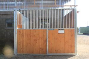 Box pour cheval vu de face avec porte fermée