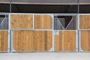 Vue de face box pour chevaux avec volet ouvert
