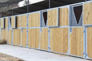 Boxes pour chevaux avec volets ouverts