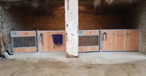 2 façades de boxes avec panneaux et portes basses