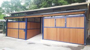 2 boxes extérieurs pour chevaux de couleur bleue