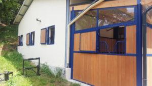 3 fenêtres de boxes pour chevaux et box extérieur pour cheval