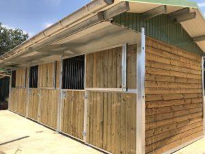 Boxes extérieurs pour chevaux en bois
