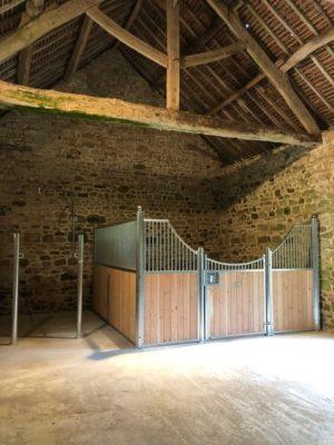 Box pour cheval dans grange en Normandie