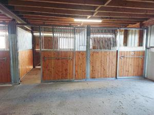 2 façades de boxes modèles Debussy dans écurie pour chevaux