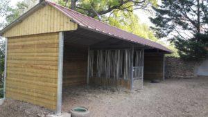 Abri de prairie toiture 2 pans pour chevaux avec râtelier intégré