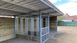 Abri de prairie pour chevaux avec râtelier intégré